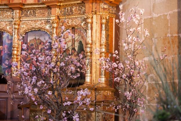 Unos almendros a cada lado del altar llenaron de color la celebración.
