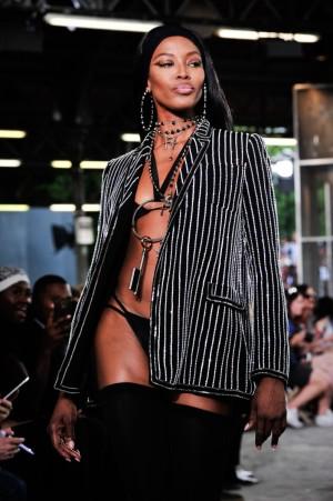 Naomi Campbell en el último desfile masculino de Givenchy en París: un ejemplo claro del influjo de esta tribu urbana en las tendencias.