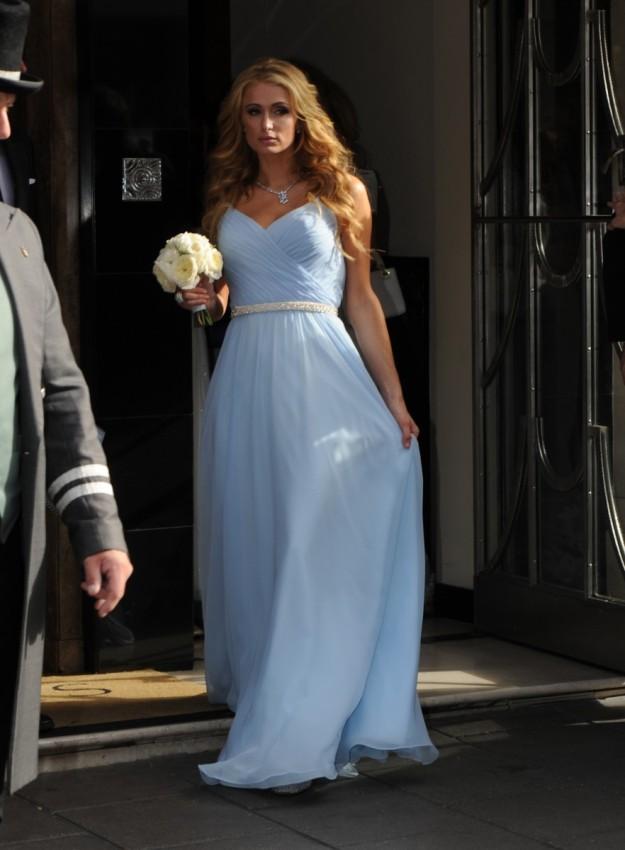 Paris Hilton hizo de dama de honor, con un sencillo vestido largo en color azul cielo.