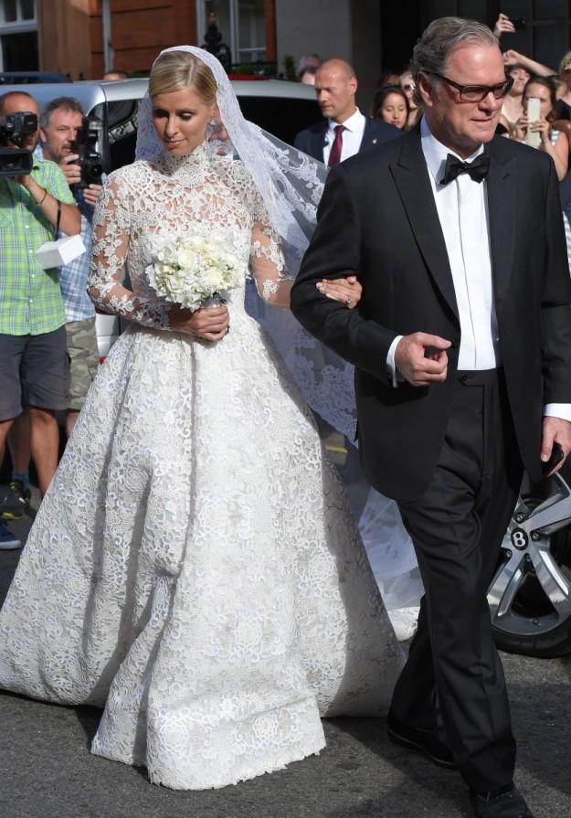 Nicky Hilton con su padre, saliendo del hotel Claridge, en Londres.