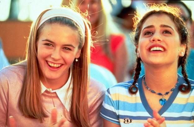La de la derecha es Brittany Murphy.