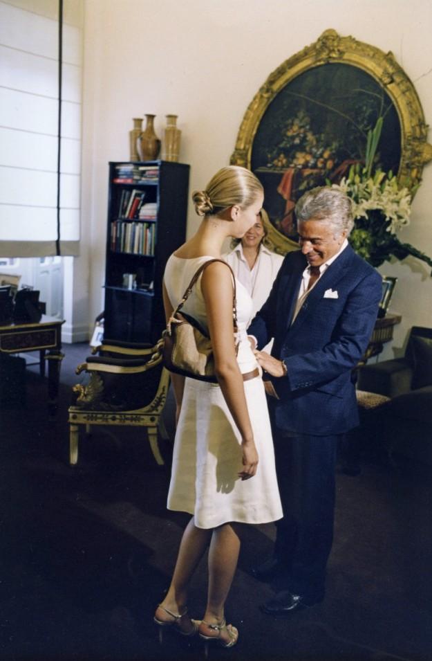 Beatrice Borromeo junto a Valentino en el atelier romano del diseñador.
