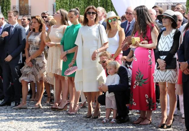 Sasha, junto a su abuela, Carolina de Mónaco, y sus padres durante la celebración del décimo aniversario de la coronación de Alberto de Mónaco.