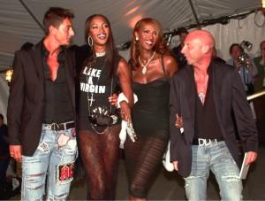 En 2001, con los Dolce & Gabbana y Naomi Campbell.