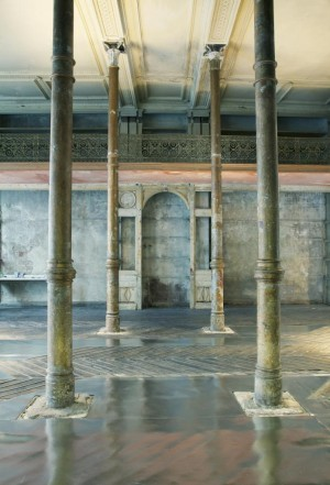 Exposición de arte en una fábrica antigua.