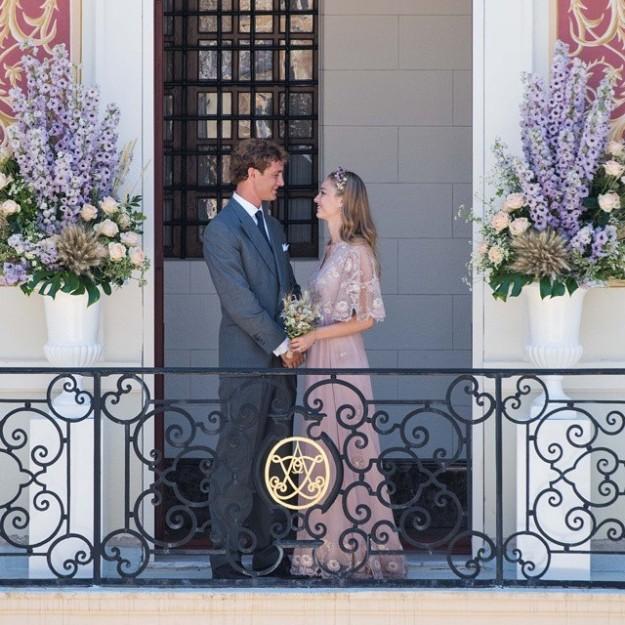 Beatrice Borromeo y Pierre Casiraghi en el balcón del Palacio de Mónaco tras su boda civil.