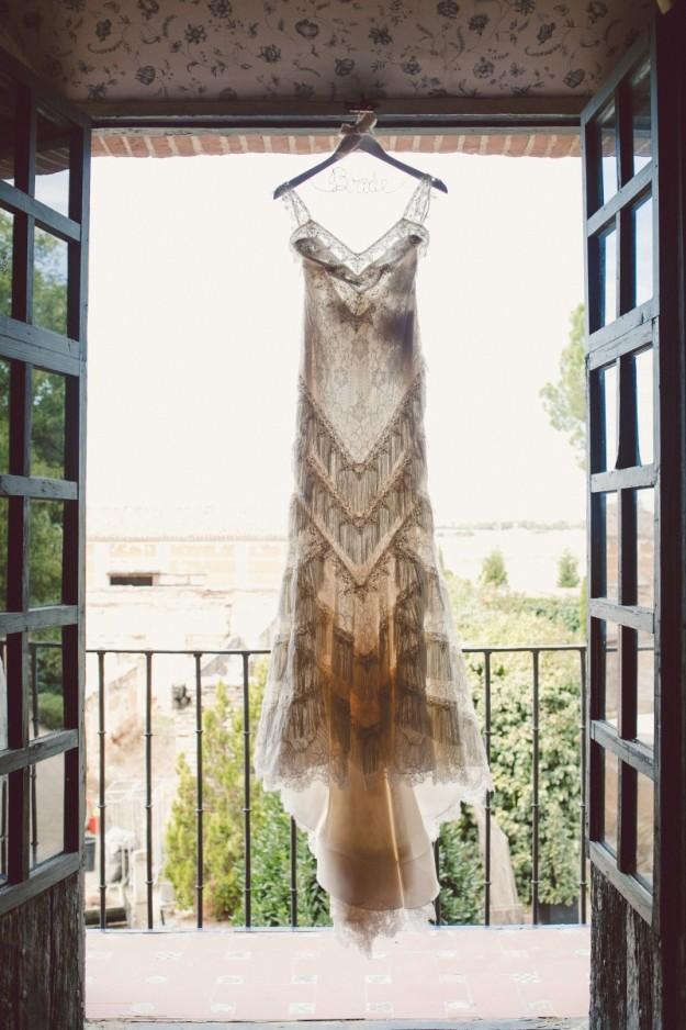 El vestido de Pronnovias de Candela es un diseño de espíritu vintage con tirantes, escote en la espalda y flecos.