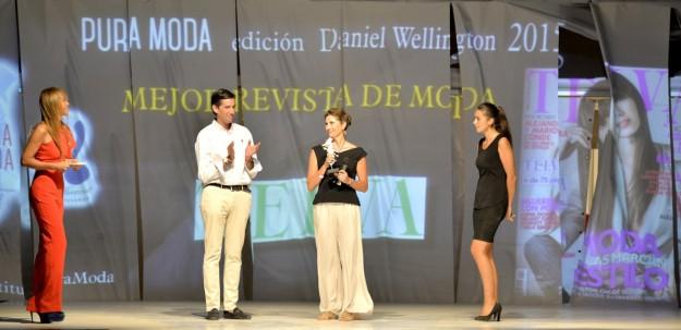 Elena Flor, redactora jefe de Edición y Cierre de TELVA, recogiendo el galardón.