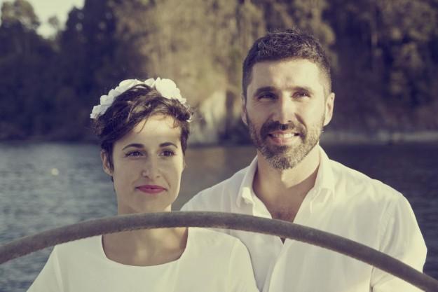 Uxía y Nill celebraron un original enlace a bordo de un velero en la costa gallega.