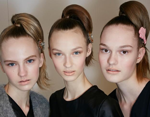 La coleta alta con horquilla de Prada para recoger tu pelo el próximo otoño 2015 2016