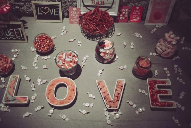 Los novios prepararon dos mesas para los invitados, un Candy Bar muy dulce con chucherías.