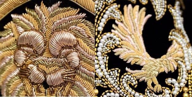 Los brocados dorados y los bordados llenan un vestido de aires muy ochenteros.