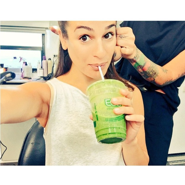 Lea Michele con un batido verde.