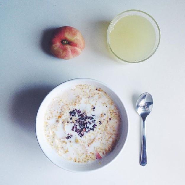 desayuno saludable con paraguaya y zumo de limón
