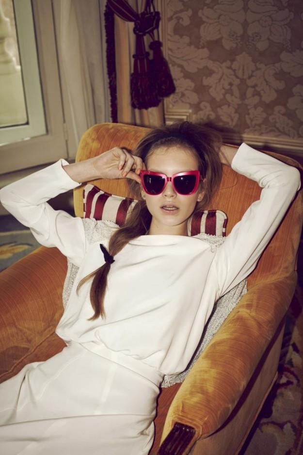 chica con gafas de sol vintage