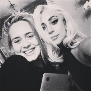 En esta imagen que la cantante ha compartido en su Instagram junto a Lady Gaga se aprecia cómo se han pronunciado sus pómulos.