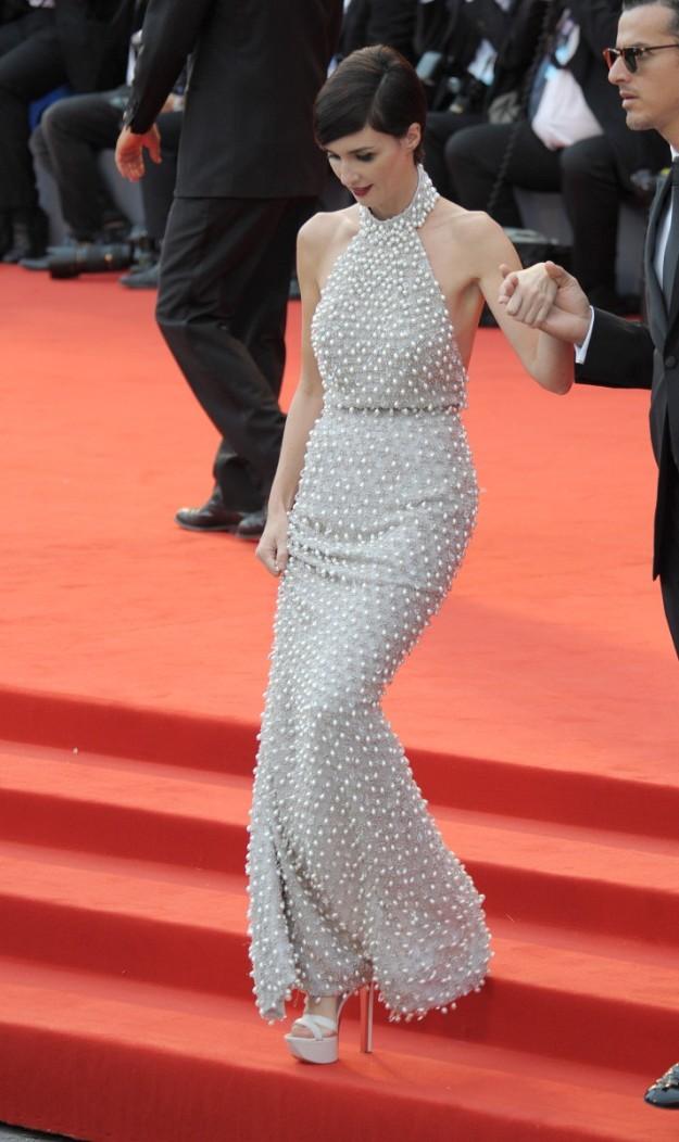 La actriz Paz Vega con un diseño de Ralph & Russo en la alfombra roja del Festival de Venecia.