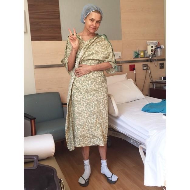 Yolanda Foster hace gala de su buen humor y no duda en retratarse vestida de hospital.