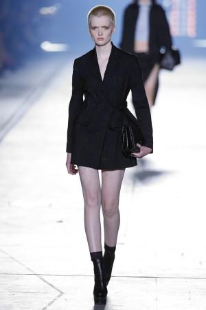 La modelo Ruth Bell en el desfile de Versace Primavera Verano 2016.