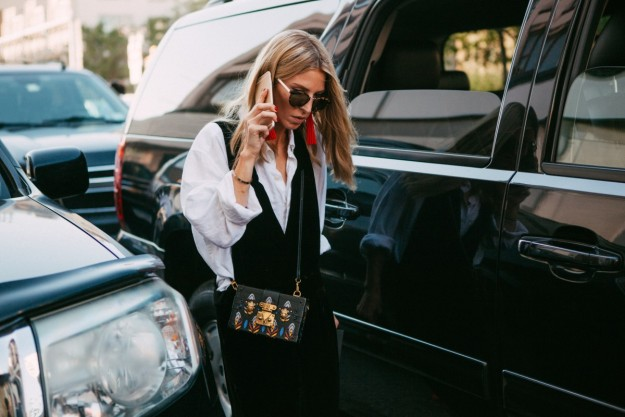 En el street style New York Fashion Week la camisa blanca bajo el vestido o mono fue una de las constantes.