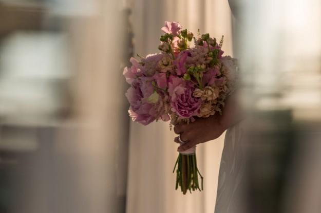 El ramo fue un diseño de Sira Antequera, su wedding planner , y estaba compuesto por peonías rosas que protagonizaron un bouquet clásico y chic.