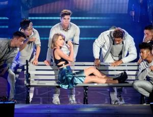 Taylor Swift rodeada de sus bailarines durante la gira 1989.