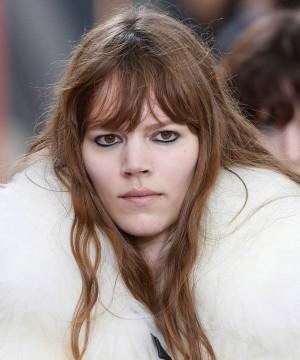 Freja Beha: castaño claro, el tono de moda para otoño