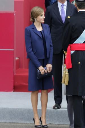 La Reina Letizia apuesta por un nuevo vestido azul de Felipe Varela por el  día de a2b79b5f6f4