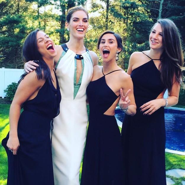 Hilary Rhoda rodeada de amigas durante su enlace.