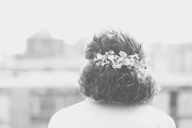 Para el pelo, Celia encargó una media corona a Paula de Tocados Le Touquet.