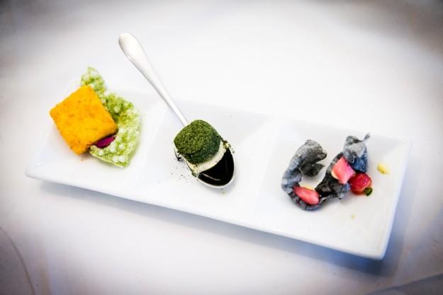 Abrebocas peruanos: Atún rojo marinado, papa amarilla con queso crema y quínoa, y perlas de tapioca en dulce