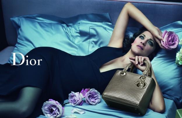Marion Cotillard protagoniza la nueva campaña del bolso Lady Dior.