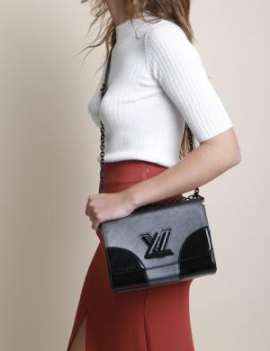 El bolso Twist de Louis Vuitton es nuestro básico-no-clásico ideal.