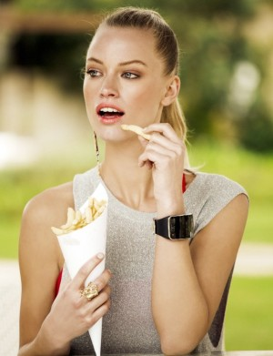 Modelo comiendo patatas fritas