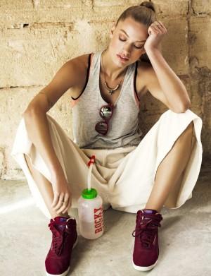 Modelo con botella de agua