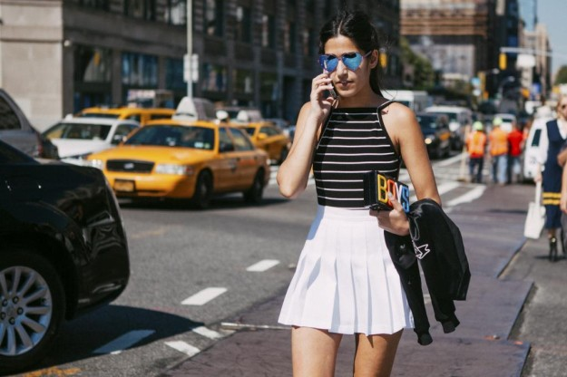 Las gafas de sol con cristales de color se volvieron a ver en el street style de New York Fashion Week.