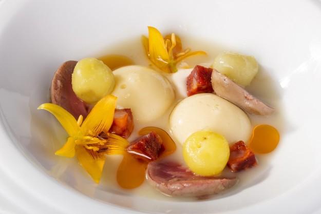 Riñones de Conejo, con chorizo Joselito, patata líquida, Zanahoria y Magnolia, en restauran De Librije.