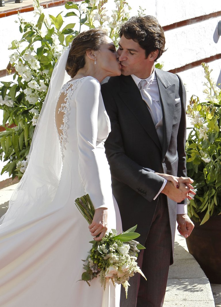0df9bb7043 Eva González y Cayetano Rivera ya son marido y mujer. La presentadora de  Masterchef y el torero se han dado el sí