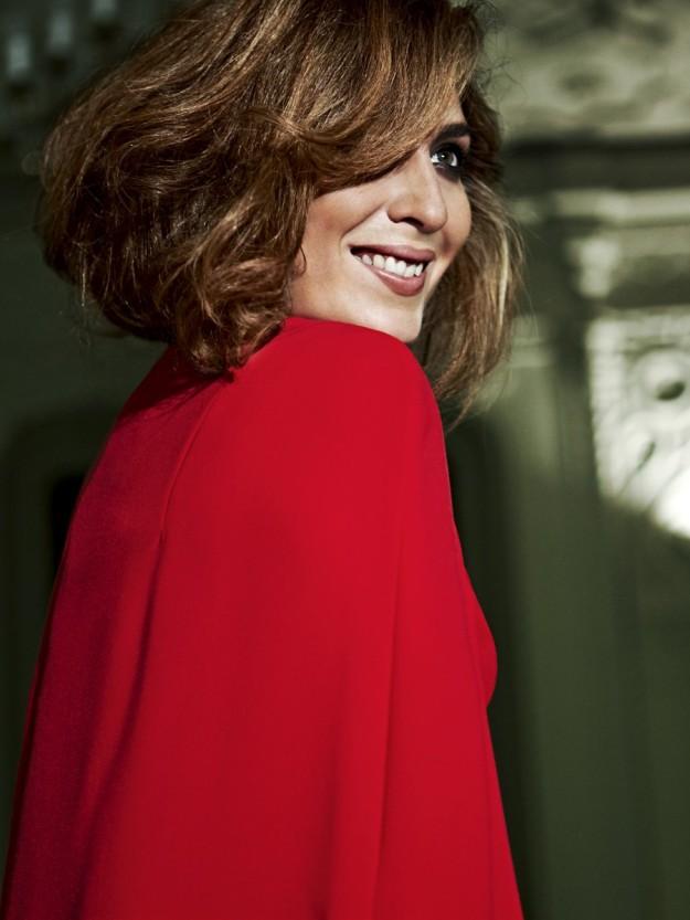 La cantante Estrella Morente posando con vestido rojo con capa de crêpe.