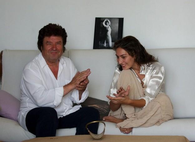 strella junto a su padre, Enrique Morente, echándose un cantecito en su casa de Granada, en 2003.