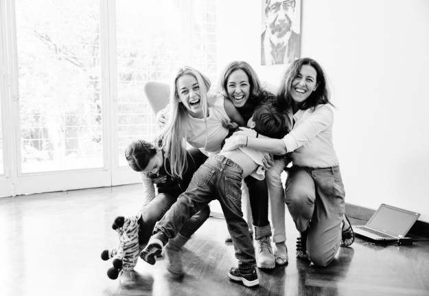 Olga Ruiz, directora de TELVA y Cristina Larraondo, redactora jefe de sociedad de TELVA junto a Lilian Tintori y sus hijos Manuela y Leopoldo.