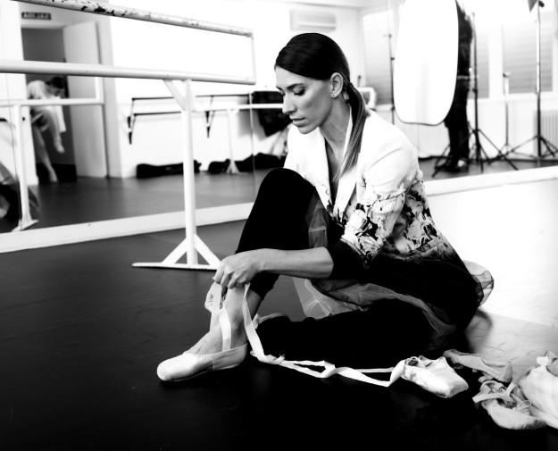 La bloguera Gloria Morales calzándose sus zapatillas de ballet.