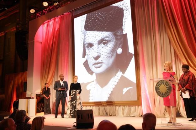 La diseñadora ha recibido el reconocimiento a su trayectoria en la gala inaugural de la American Portrait.