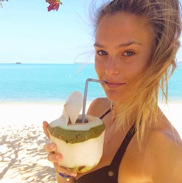Bar Refaeli bebiendo agua de coco.