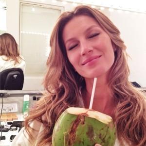 Gisele Bündchen con agua de coco.