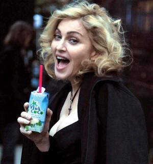 Madonna y su agua de coco.