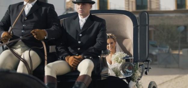 Mari Carmen en un carro tirado por caballos