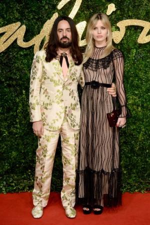 Alessandro Michele, director creativo de Gucci, con Georgia May Jagger vestida de él.