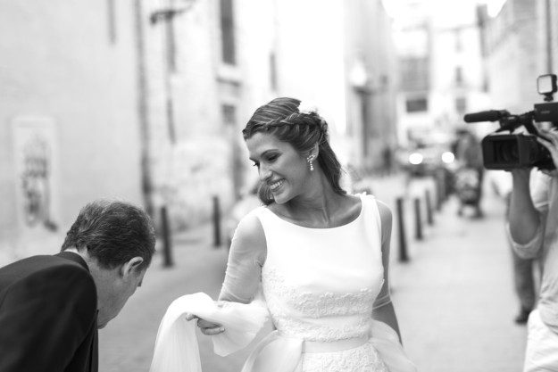 novia antes de entrar en la iglesia