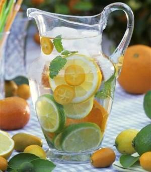 Agua con limón en el desayuno.
